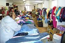 Výdej oblečení, získaného ve sběrných kontejnerech, potřebným.
