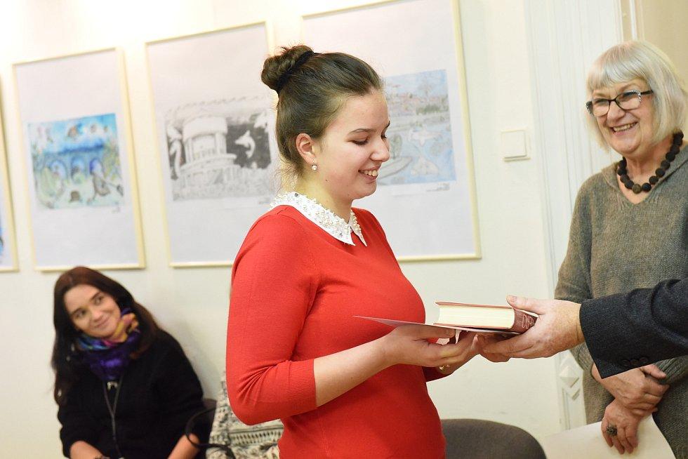 Celkem sto devatenáct prací poslali žáci a studenti především kolínských škol do literární soutěže Macharovo pero, jehož výsledky se vyhlašovaly ve středu včítárně Městské knihovny Kolín.