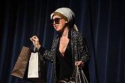 Na rok dopředu rezervované termíny a spousta z nich již nyní vyprodaných – to je nový fenomén, divadelní hra pro čtyři herečky nazvaná Můžem i s mužem. Nejinak to vypadalo předposlední listopadový čtvrtek v kolínském Městském společenském domě v Kolíně.
