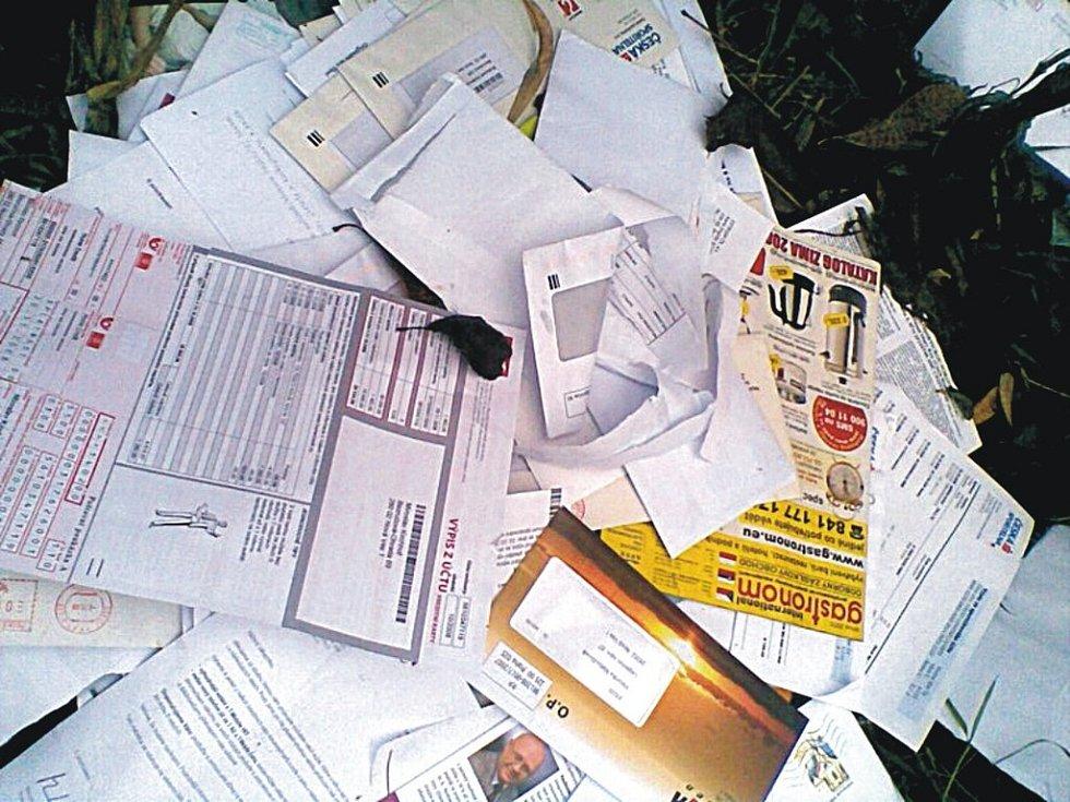 U Ohrady byly nalezeny otevřené dopisní zásilky.