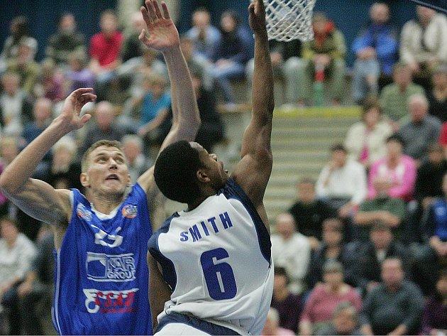 Z utkání BC Kolín - NH Ostrava (76:64).