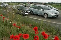 Dopravní nehoda dvou osobních automobilů na kruhové křižovatce silnic I/12 a I/38 z Kolína směrem na Novou Ves I.