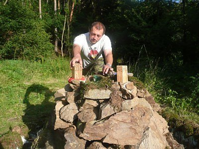 Vedoucí tábora Lubomír Jirků zvaný Bošek ukazuje posvátnou mohylu, do níž děti v rámci celotáborové hry zasazují čtyři důležité elementy.