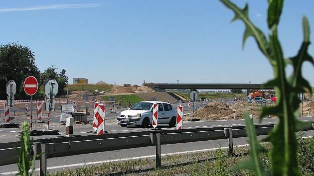Problematické místo dočasné dopravní situace na křižovatce za Kolínem. Pozor při výjezdu od Nové Vsi I