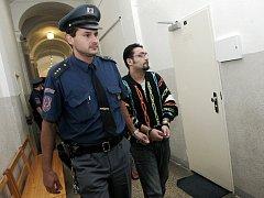 Josef Stojka, údajný šéf skupiny výrobců a prodejců drog na Českobrodsku, jde v doprovodu vězeňské služby ke kolínskému soudu.