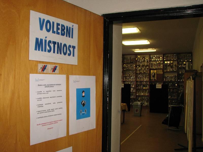 V Zibohlavech se voliči, pokud chtějí, mohou ve volební místnosti z vystavených předmětů dozvědět i hodně o historii místních hasičů.