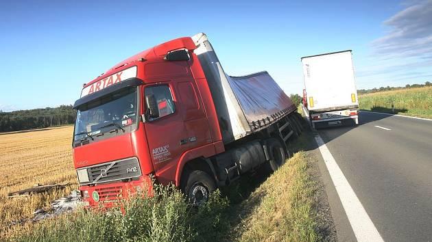Kamion skončil v silničním příkopě u Veletova