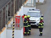 Tělo zhruba dvacetileté ženy leželo poblíž kolejiště.