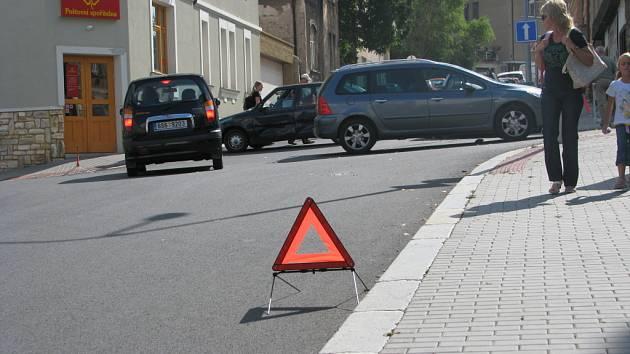 Dopravní nehoda dvou osobních vozidel v ulici Kmochova.