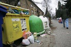 Zbytky petard či obalů od pyrotechniky v pátek v kolínských ulicích vidět nebyly. Zato přetékající kontejnery, jako například v ulici Mikoláše Alše. Místní starší muž však upozornil, že kontejnery zaměstnanci AVE pravidelně vyprazdňují. Kapacita odpadovýc