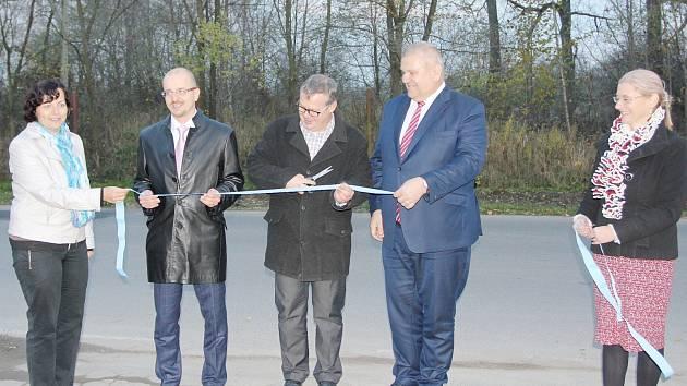 Slavnostního stříhání pásky se ujal hejtman Miloš Petera, starosta Martin Charvát a náměstek hejtmana Marek Semerád.