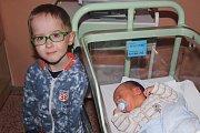 Tomáš Bock přišel v kolínské porodnici na svět 18. prosince 2017, měřil 51 centimetrů a vážil 3530 gramů. Maminka Jana a tatínek Petr si ho odvezli domů, kde už se ho nemohl dočkat pětiletý bráška Vojtík. Rodina žije v Kolíně.