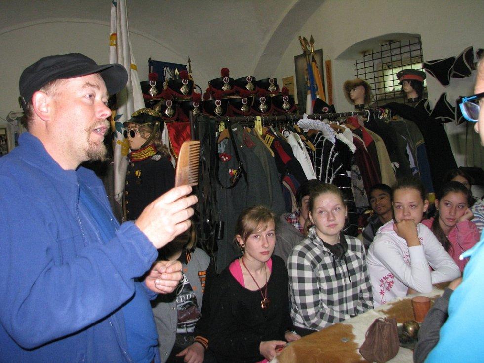 Exkurze žáků velkoosecké školy ve zbrojnici Pánů z Kolína