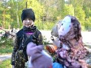 Radimské čarodějnice začaly u školy, pak se lidé vydali na hřiště.