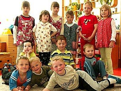 Děti v Mateřské školce v Červených Pečkách jsou rozděleny na třídy. Jsou ve věku od tří do sedmi let. Připravují se tam na první krůčky na základní škole.