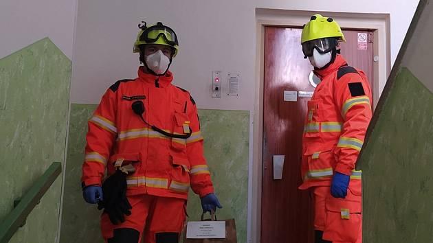 Dobrovolní hasiči rozvážejí potravinové balíčky seniorům, kteří žijí sami, a nemá se ně kdo postarat.