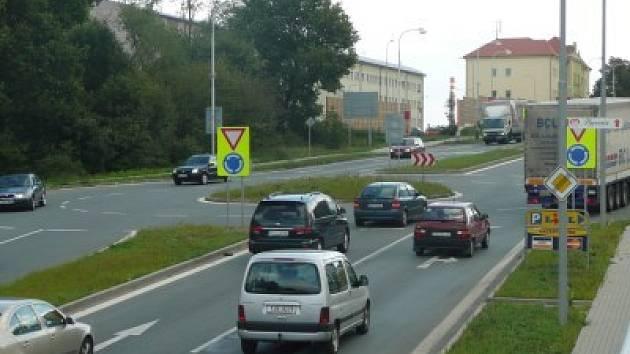 Kruhová křižovatka u Lidlu je častým místem dopravních nehod. Komunikace patří pod správu Středočeského kraje. Ten ale podle posledních informací změnu nechystá.