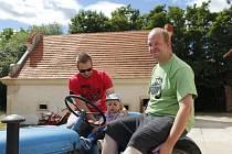 Historické traktory přilákaly mnoho návštěvníků.