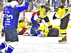 Hokejisté Kolína (v modrém) zvládli přímý souboj o třetí místo tabulky druhé ligy. V Moravských Budějovicích vyhráli o tři góly 5:2.