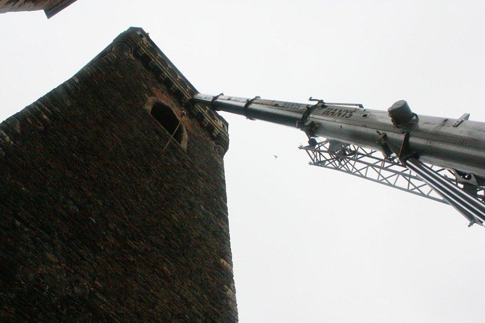 Usazování nových zvonů na zvonici chrámu sv. Bartoloměje.