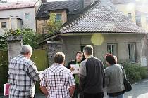 Stěžovatelé před domkem k rekonstrukci