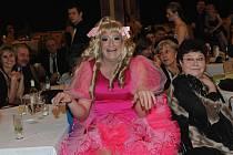 Ples stavebníků ozvláštnili travestiti