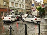 Auty ucpaná Kutnohorská ulice v Kolíně.