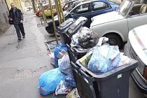 Podle zkušeností AVE Kolín nebývá většinou problém s tím, že by občanům nestačily popelnice a ve velké míře zasypávali jejich okolí pytli a igelitovými taškami, z nichž by odpadky létaly po půlce ulice. Tento problém se týká spíše podnikatelů.