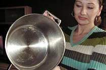 """Eva Šedivá z Kolína našla v hrnci, který si koupila jako """"nový"""", zbytky čehosi, co připomínalo ovar."""