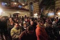 Půlnoční mše zaplnila kostel Nejsvětější Trojice