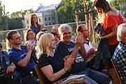 Koncert písničkáře Jiřího Schmitzera na terasách za Městským společenským domem v Kolíně.