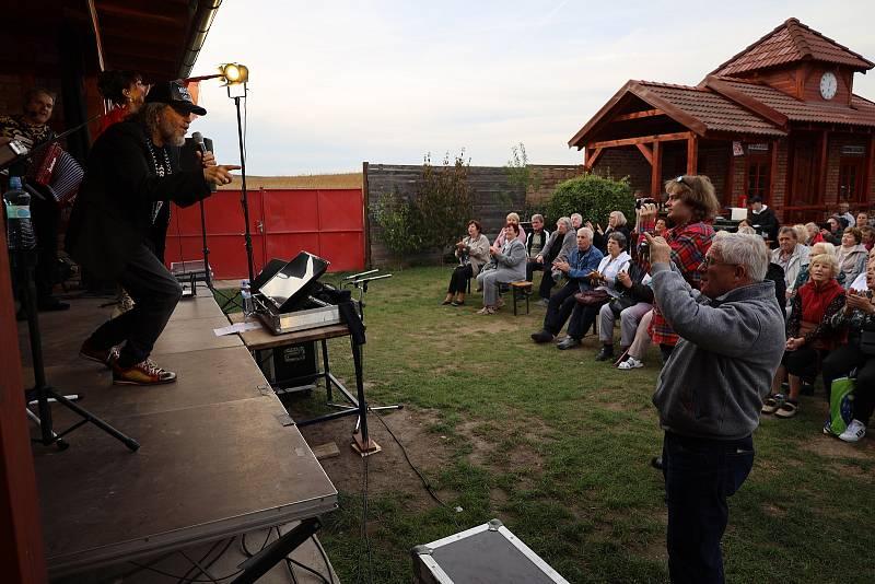 Další z hudebních večerů na vlakové zastávce v Radimi ve čtvrtek 23. září 2021.
