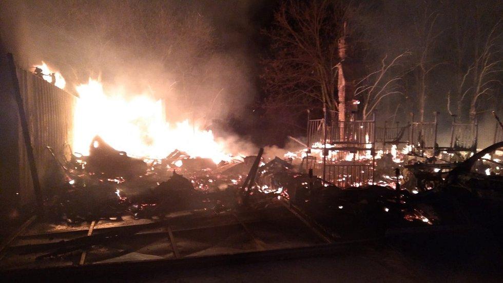 Požár na autovrakovišti ve Slušticích na Praze-východ.