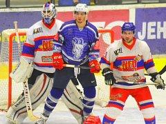 Hokejista Kozlů Jan Veselý (v modrém).