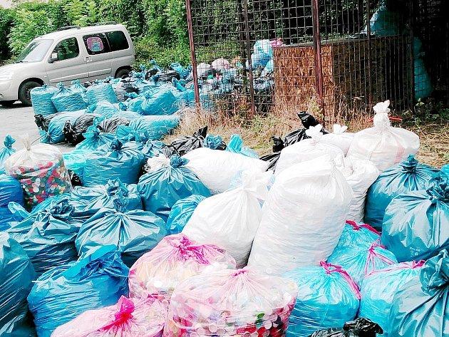 Na služebně městské policie se během krátké doby podařilo nashromáždit 170 pytlů víček.