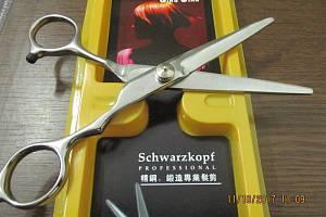 Celníci odhalili velkou zásilku padělků pro kadeřnictví