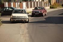 Na opravené silnici v Cerhenicích se začaly tvořit louže.