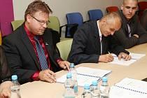 Předsedové odborů v TPCA KOVO Ivo Navalaný (vlevo) a ASO Imrich Rezek (uprostřed) podepisují novou kolektivní smlouvu