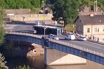 Převrácený kamion na mostě v Týnci nad Labem 31. července 2020.