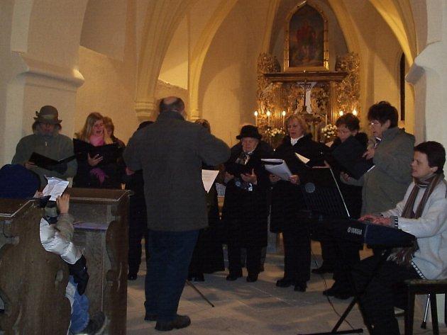 Z nedělního podvečerního 1. adventního koncertu v kostele sv. Jiří v Hradešíně.