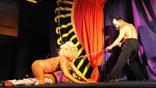 Travesti show Screamers pod šapitó