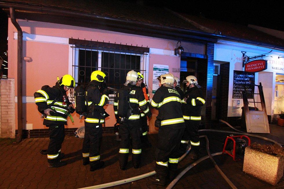 S rozsáhlým požárem hasiči bojovali až do rána.