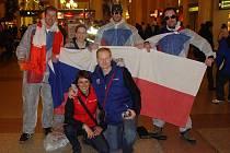 Společná fotka s kamarády,co dorazili na hokej až z Canmore řádně vybaveni oblečky a vlajkou.