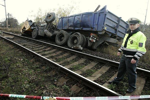 Tragická sobotní srážka rychlíku s náklaďákem u Sandberku