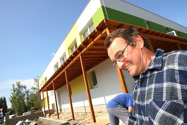 Práce v nové budově mateřské školky v Bezručově ulici jsou v plném proudu.