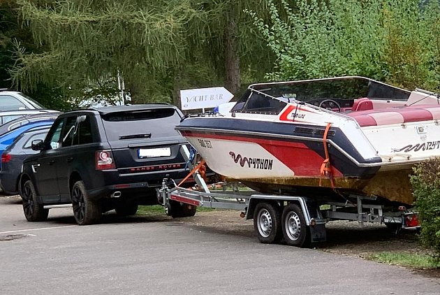 Odcizený motorový člun svozíkem.