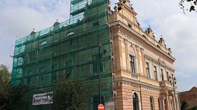 Českobrodská radnice dostává novou fasádu.