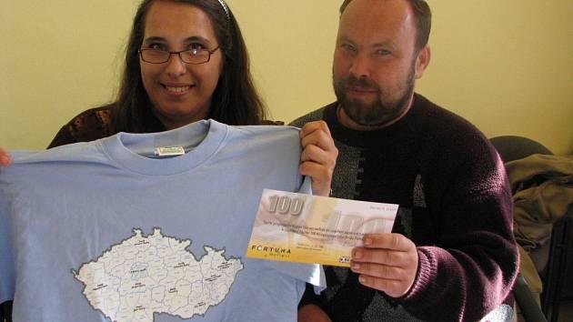 Lenka Syrovátková z Nučic v doprovodu Václava Mikšovského si z naší redakce na Karlově náměstí v Kolíně odnesla speciální tričko pro vítěze kola a volný tiket sázkové kanceláře Fortuna v hodnotě 100 korun.