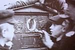 K smazání znaků Rakousko-uherské monarchie docházelo na mnoha místech v Kolíně. Na snímku z 28. října 1918 zamazávala mládež orlici na poštovní schránce.