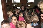 Prvňáčci ze Základní školy Mnichovická Kolín dostávali svá první vysvědčení. Předtím ale museli najít klíč od třídy, který jim schoval skřítek